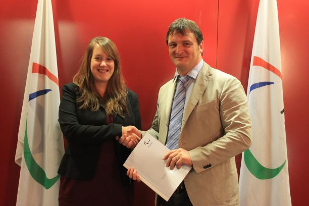 SIUS contract signing