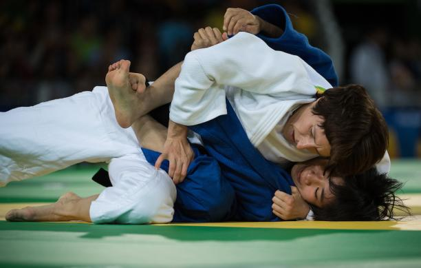 Judokas, Carmen Brussig and Li Liqing competing for the gold medal in Rio de Janeiro.