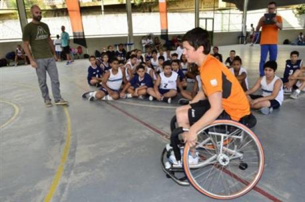 Inge Huitzing, sitting in a wheelchair and playing basketball, visits a school in Brazil