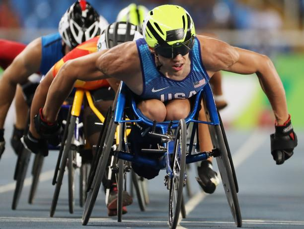 male wheelchair racer Daniel Romanchuk leading a group of other racers