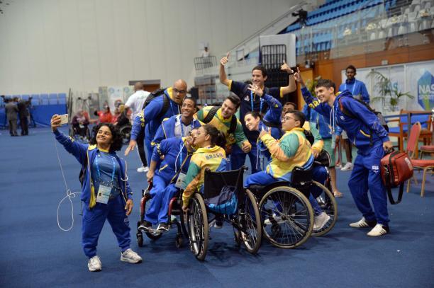 Brazilian powerlifting team takes a selfie photo