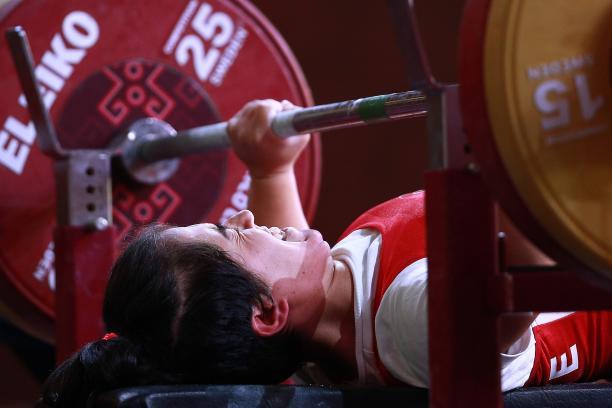 Turkish powerlifter Besra Duman lifting the bar