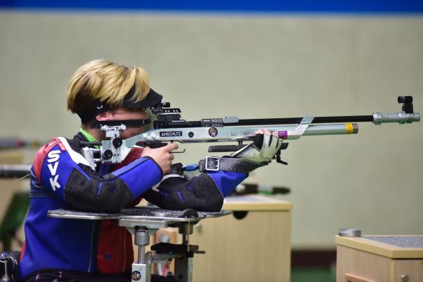 a female Para shooter taking a shot