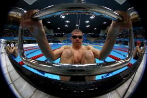 A picture of a man holding the starting block with his hands