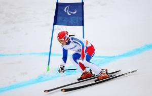 Marie Bochet skiing past a gate