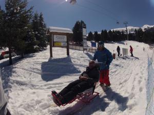 man on tandem sit ski