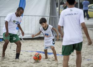 Wanderson Oliveira trains with kids on Copacabana beach