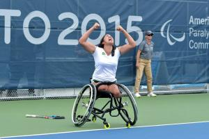 Natalia Mayara celebrating her victory with her hands in the air. She is looking at the sky, her mouth is open